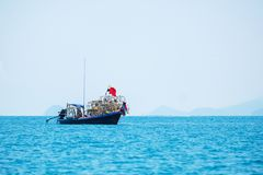 P?cheur Working en mer avec Shell pour emprisonner un petit calmar photos stock