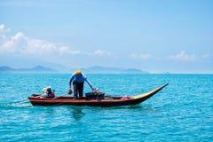 P?cheur Working en mer avec Shell pour emprisonner un petit calmar photo libre de droits