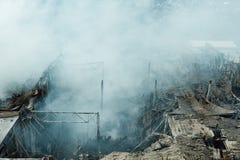 P?on?cy przemys?owy budynek Dym, zawalony dach, widok z lotu ptaka fotografia stock