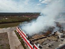 P?on?cy przemys?owy budynek Dym, zawalony dach, widok z lotu ptaka fotografia royalty free
