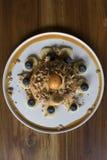 Pączka tort z Granola na Drewnianym stole obraz royalty free