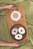Pączki i kawa na tacy Fotografia Royalty Free