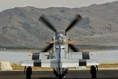 P-51, das für ein Rennen sich vorbereitet lizenzfreie stockbilder