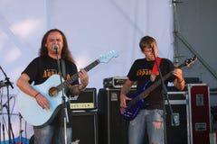 På den öppna etappen av festivalen är musiker i en rockband, Darida Arkivfoto