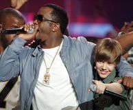 P Diddy och Justin Bieber utför royaltyfria foton