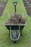 Pá e carrinho de mão de jardim Fotografia de Stock