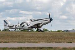P-51 el mustango Sierra Sue II baja la pista Imagen de archivo libre de regalías