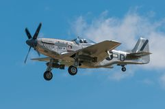 P-51 el mustango Sierra Sue II vuela cerca Imagenes de archivo