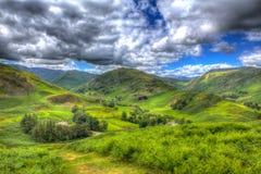 På engelska bygdplats för berg och för dalar som den sjöområdesMartindale dalen HDR gillar att måla Arkivbilder