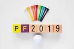 P f 2019 - uma inscrição dos blocos e dos equipamentos de golfe de madeira Fotos de Stock