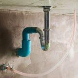 P-Falle lassen Grundsystem des Beckens im Badezimmer laufen Stockfoto