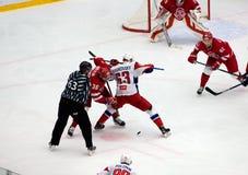 P Kraskovsky 63 und A Nikulin 36 auf Face-Off lizenzfreie stockfotos