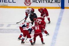 P Kraskovsky ( 63) und A Chernov ( 28) auf Face-Off lizenzfreie stockfotografie