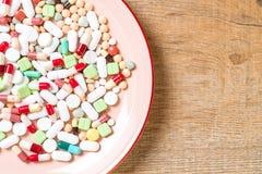 p?ldoras, drogas, farmacia, medicina o m?dico en la placa imagenes de archivo