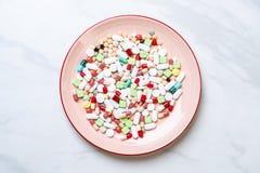 p?ldoras, drogas, farmacia, medicina o m?dico en la placa imagen de archivo