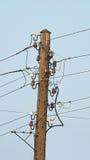 Pôle électrique avec des fils Photo stock
