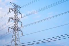 Pôle électrique et ciel bleu Images libres de droits