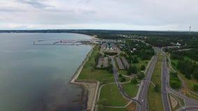 Pôles érodés à la mer Tallinn, Estonie banque de vidéos