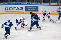 P Lusnak (41) och I Shipov (98) på faceoff Arkivbild