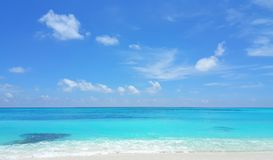 P00442 Maldives beautiful white sandy beach background on sunny tropical paradise island with aqua blue sky sea water ocean 4k. Maldives beautiful white sandy Stock Photo