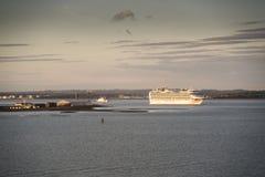 P&O `在Solent的s Azura在日落 免版税库存照片