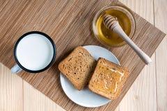 P?o do brinde com Tin Mug do leite e do frasco do mel fotos de stock