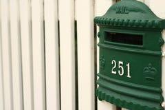płotowy greean skrzynka pocztowa palika biel Fotografia Royalty Free