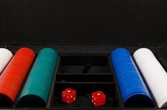 Pôquer ajustado com caso e cips Imagens de Stock Royalty Free