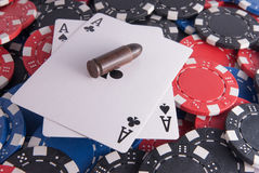 Pôquer dos áss e microplaquetas e bala Foto de Stock Royalty Free
