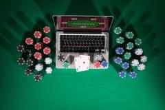 Pôquer e jogo em linha do casino fotografia de stock royalty free