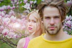 P?ques, homme et femme au printemps photo stock