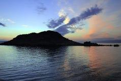 Pôr-do-sol azul sobre uma ruína Fotos de Stock
