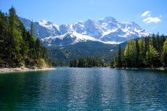 Pôr do sol fantástico no lago Eibsee da montanha, situado em Baviera, Alemanha Cena incomum dramática Cumes, Europa imagem de stock royalty free