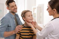P?re avec le docteur de visite d'enfant images libres de droits
