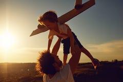P?re et enfant jouant en nature au coucher du soleil photos stock