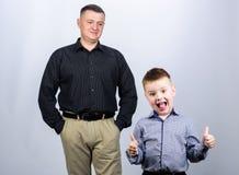 P?re et petit fils gai Meilleurs amis Papa et enfant adorable Exemple de p?re d'humain noble Appui de famille photos stock