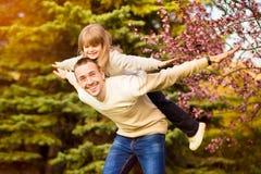 P?re heureux et enfant passant le temps dehors Appui de famille images stock