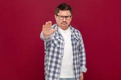 P?relo Retrato del hombre de negocios envejecido medio serio en camisa a cuadros casual y las lentes que se colocan con la mano d imagenes de archivo