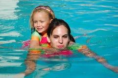 På ryggen simma Royaltyfri Fotografi