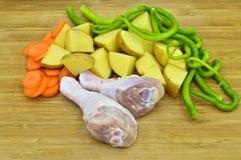 P?s de galinha crus limpos frescos Pilões e vegetais saudáveis fotos de stock royalty free