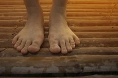 P?s desencapados da mulher no assoalho de madeira, bambu imagens de stock royalty free