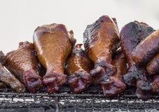 P?s e salsichas grelhados de galinha em uma bandeja de cozimento na grelha foto de stock