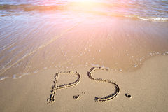 P.s. escrito na areia molhada Fotografia de Stock Royalty Free