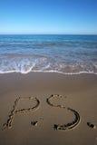 P S escrito na areia molhada Imagens de Stock Royalty Free