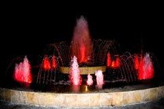P? stadens springbrunnar kan du vila och koppla av, medan se de nya formerna av vattenstr?mmen F?rgrik springbrunn f?r multimedia royaltyfri fotografi