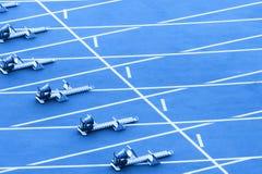 p? startkvarteret som ?r klart f?r, sprinta starten Blått färgfilter fotografering för bildbyråer