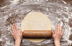 P?te de roulement de chef pour la pizza sur la table images libres de droits