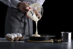 P?te se renversante d'homme pour le tarte g?teau faisant le concept photos libres de droits