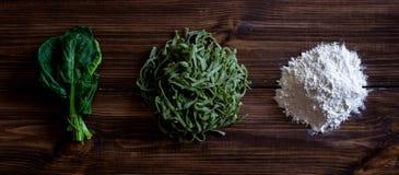 P?tes et ingr?dients italiens pour la cuisson Fond en bois Vue sup?rieure photos stock