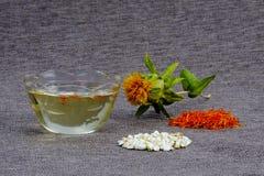 P?trole, fleur, inflorescences et graines de safran sauvage ou de toile de jute grise carthame Type rustique Copiez l'espace photo stock